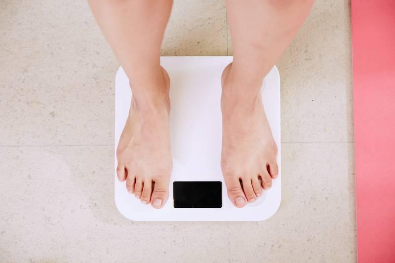 Obesidad es causada por los tipos de alimentos que comen las personas, no por las cantidades.