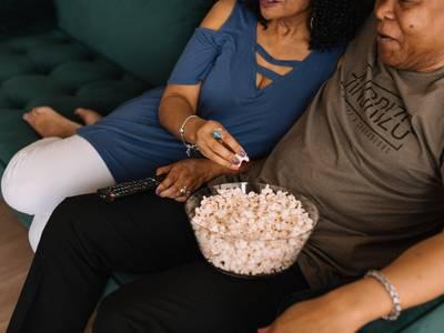 Estudio: tomar la mano de tu pareja reduce los niveles de miedo mientras ven películas de terror